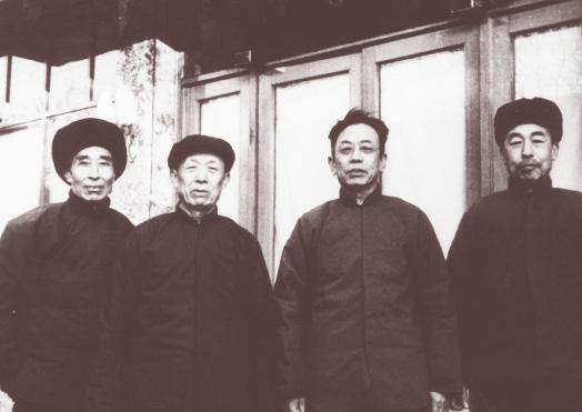 刘振英(右二)与复业初期的三位高级南味食品技师